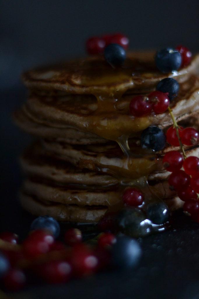 Pancakes farine chataigne et quinoa, miel et fruits rouges.